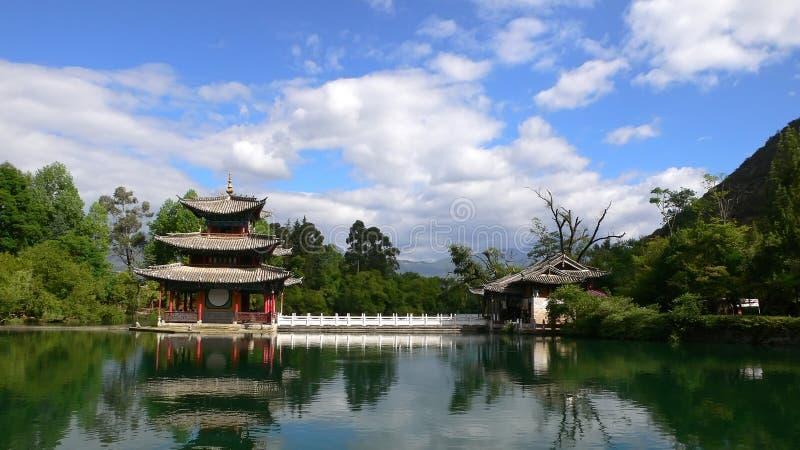 svart pöl för pagoda för porslindrakelijiang royaltyfria foton