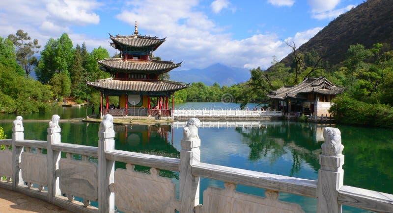 svart pöl för pagoda för porslindrakelijiang arkivfoto