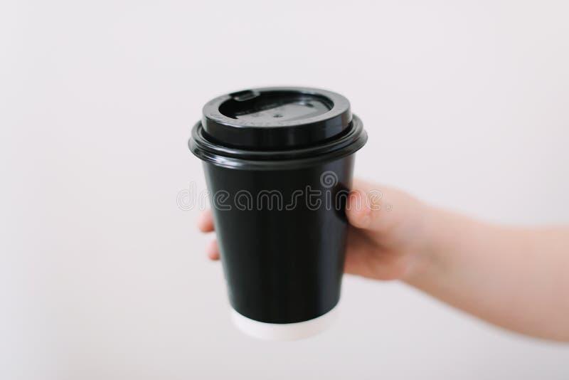 Svart pappers- kopp kaffe att ta bort Disponibel kopp på en vit bakgrund placera text royaltyfri fotografi