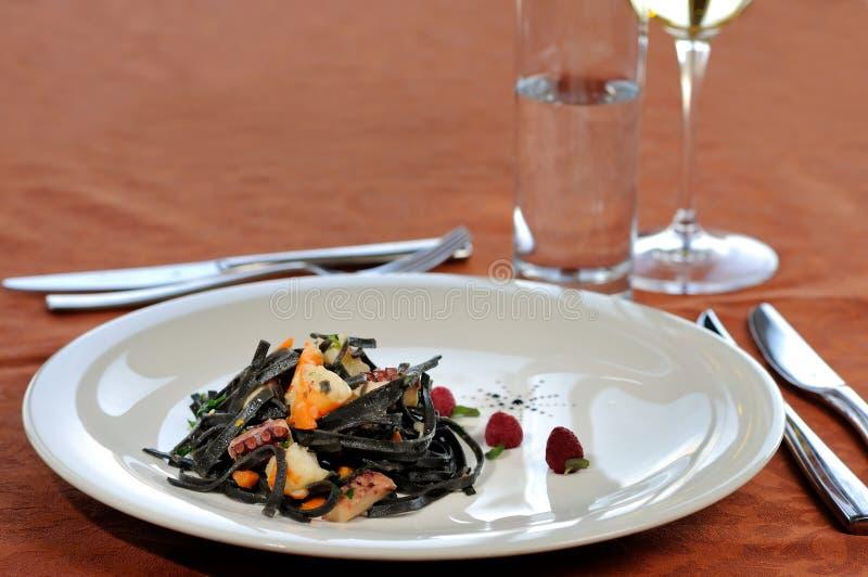 Svart pasta med havs- mål royaltyfri fotografi