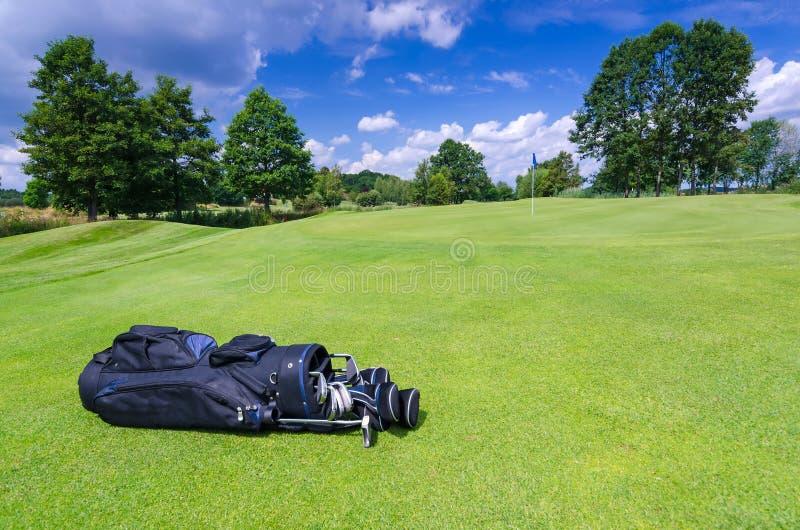 Svart pinnepåse på en golfbana arkivfoto