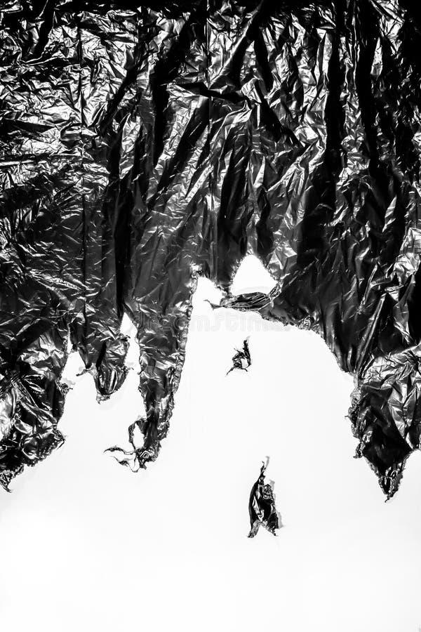 Svart plast- avskrädepåse som en bakgrund arkivfoto
