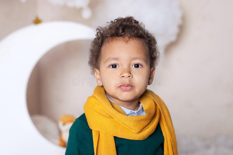 Svart pojkeslut upp Stående av en gladlynt le pojke i en gul halsduk Stående av lite afrikanska amerikanen Eftertänksam svart gra royaltyfria foton