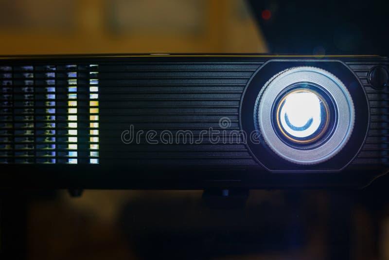 Svart projektor på den förberedda tabellen som sänder videoen och presentation royaltyfria foton