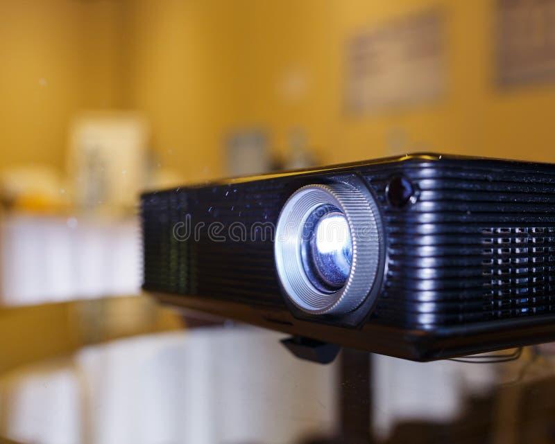 Svart projektor på den förberedda tabellen som sänder videoen och presentation arkivbilder