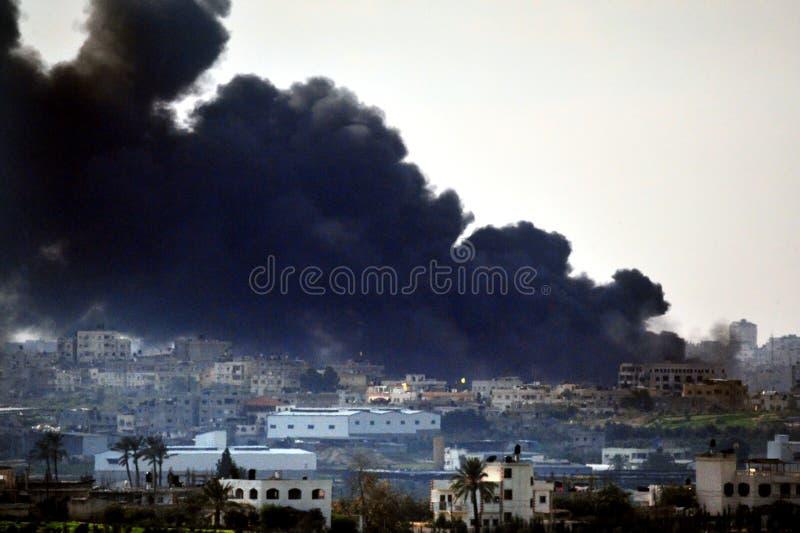 Svart rök över Gazaremsan royaltyfri fotografi