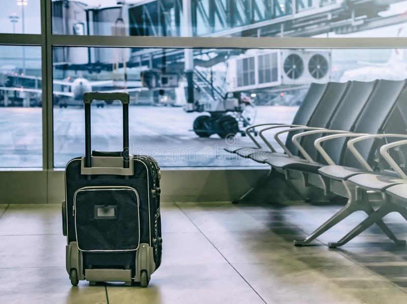 Svart resande bagage i flygplatsterminal och passagerarenivå är i bakgrunden royaltyfria bilder
