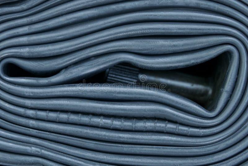 Svart rubber textur från den cykelkammare och nippeln på rulle arkivbilder