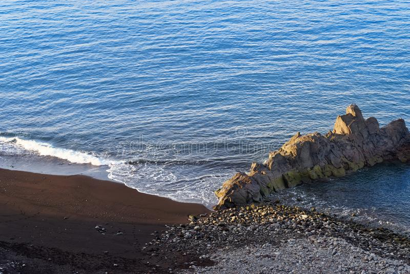 Svart sandig strand och stenigt bildande på praiaen Formosa Portugisisk ö av madeiran royaltyfri bild