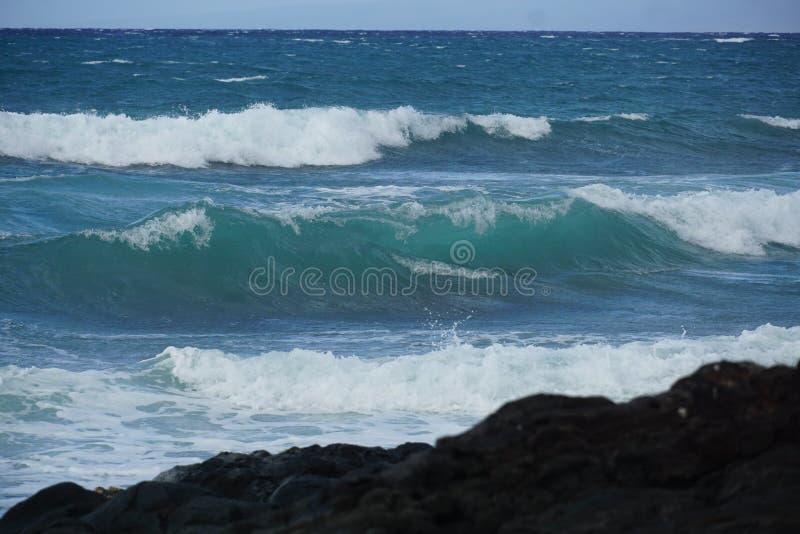 Svart sandstrand på den stora ön, Hawaii arkivbilder