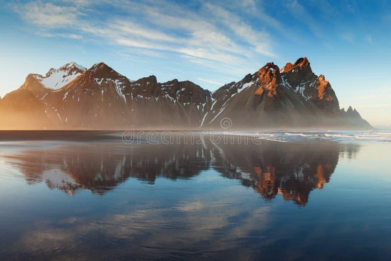 Svart sandstrand p? den Stokksnes udden p? syd?stlig isl?ndsk kust med det Vestrahorn Batman berget f?rgrik ?sakhalin sommar arkivbilder