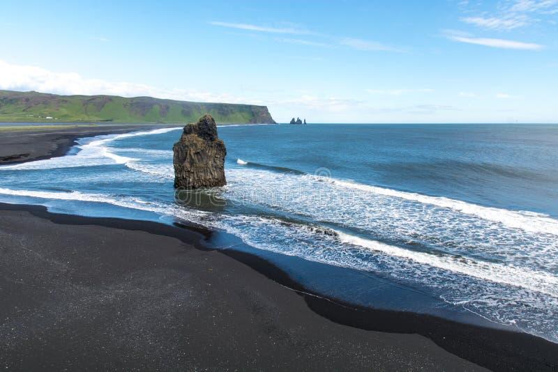 Svart sandstrand, Reynisfjara kust nära byn Vik, Atlantic Ocean, Island arkivbild