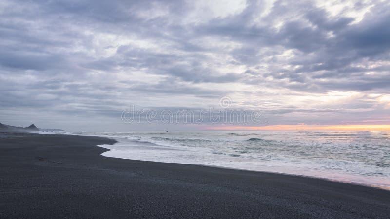 Svart sandstrandlandskap på solnedgången, Trinidad, Kalifornien arkivfoton