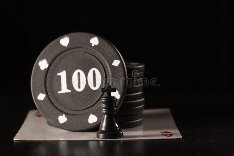Svart schackkonung och pokerchiper på överdängare av diamanter royaltyfri foto