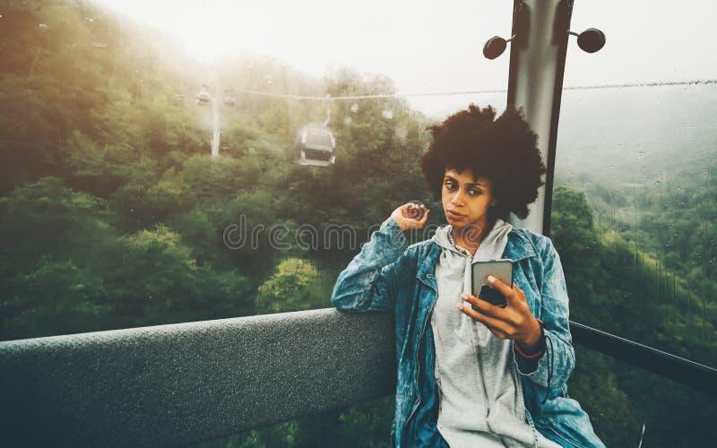 Svart selfie för flickahipsterdanande inom av bergbanakabinen royaltyfri foto