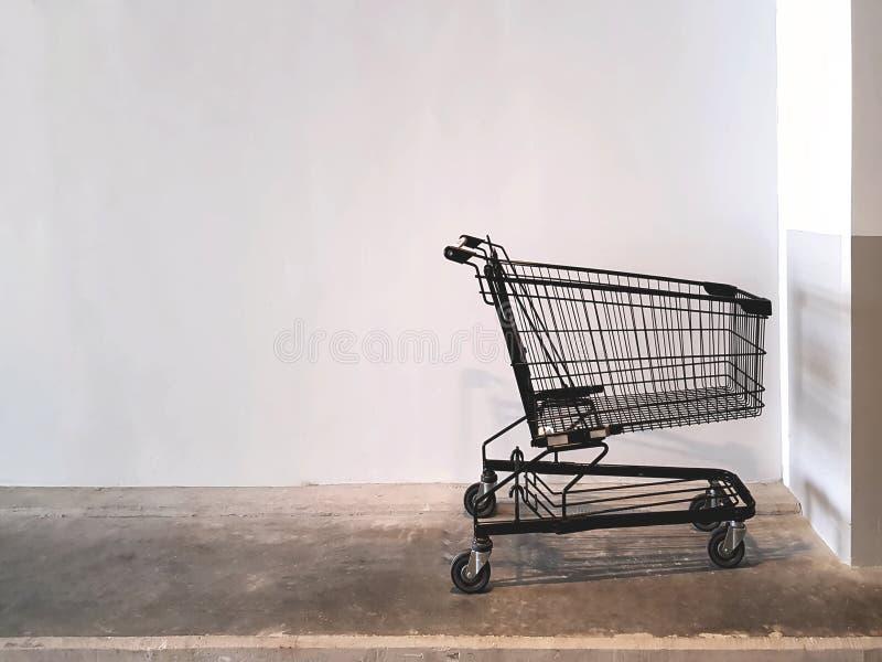 Svart shoppingvagn som parkeras på supermarket fotografering för bildbyråer