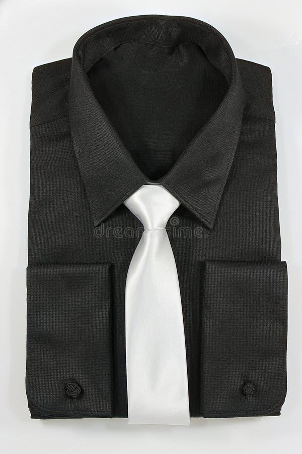 Svart skjorta med det vita bandet royaltyfria foton