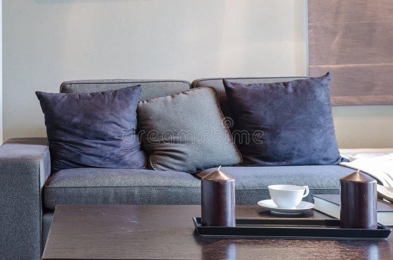 Svart soffa i livivngrum med trätabellen arkivfoton