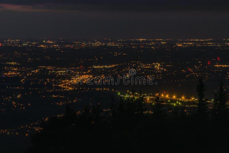 Svart sommarnatt över Trinec fabriksstad royaltyfri fotografi