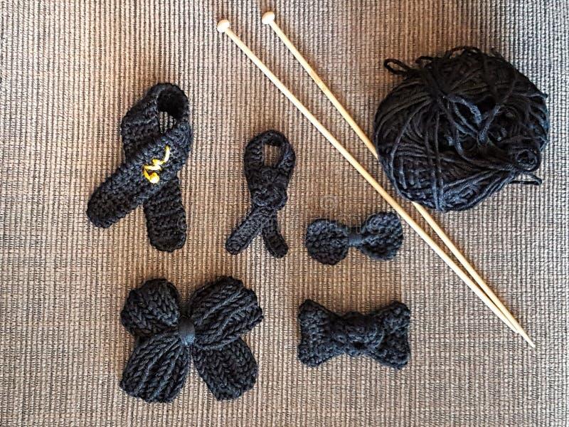svart sorg som knitiing arkivfoton