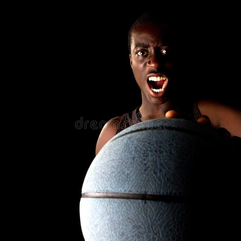 svart spelarebarn för basket arkivfoto