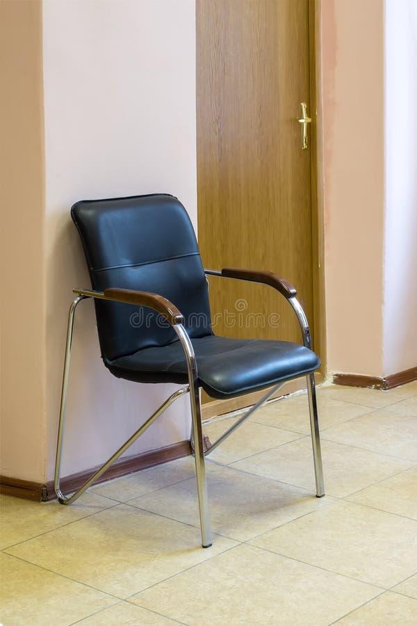 Svart stol i rummet royaltyfri foto