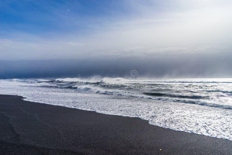 Svart strand av Island —Atlantic Ocean kust royaltyfria bilder