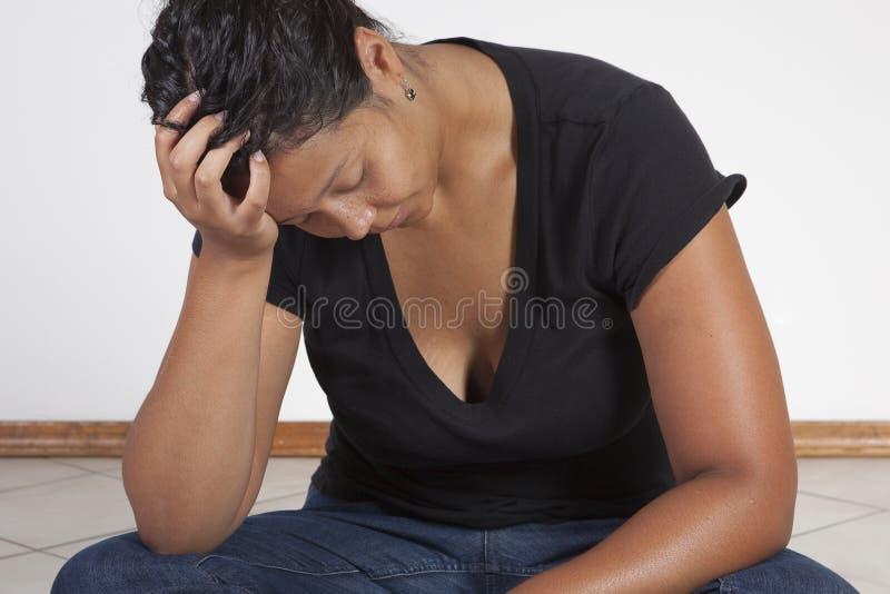 svart tänkande kvinna royaltyfria bilder