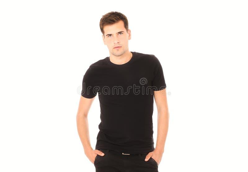 Svart t-skjorta på ung stilig manmall på vit bakgrund kopiera avstånd Åtlöje upp royaltyfri foto