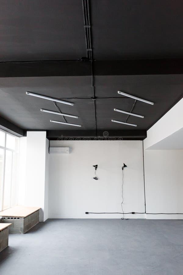 Svart tak med LEDDE ljus i kontoret Vindinredesign arkivbilder