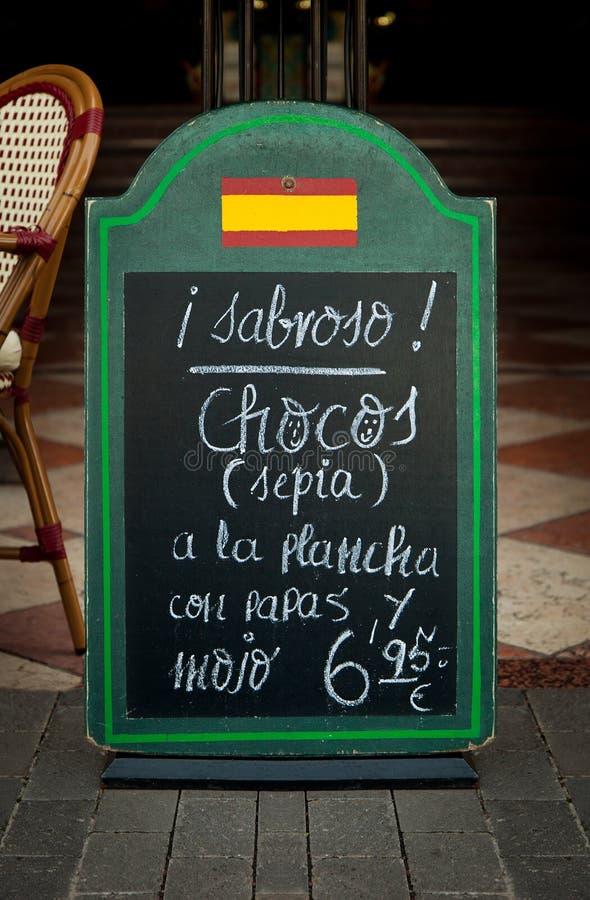 Svart tavla av en traditionell spansk restaurang arkivfoton
