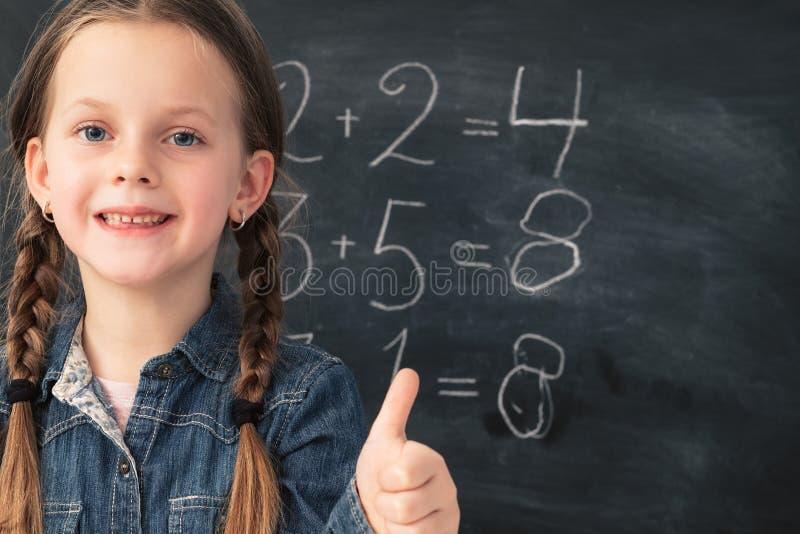 Svart tavla för ung flicka för matematikgrupp smart lycklig arkivbilder