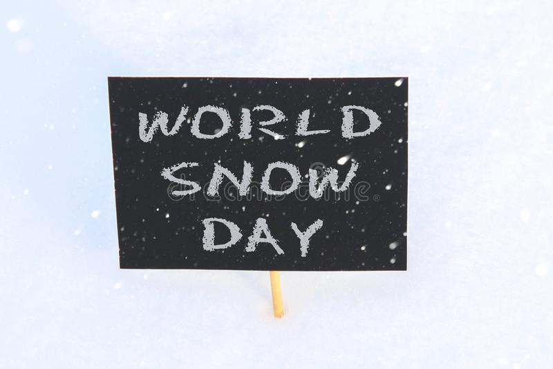 Svart tavla i snön med inskriften - världssnödag arkivbilder