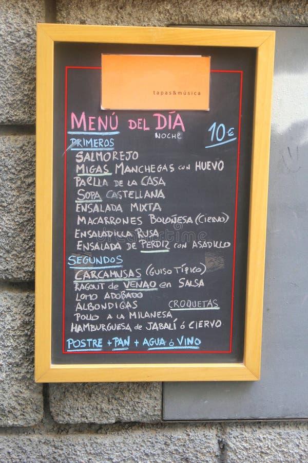 Svart tavla med en spansk daglig meny arkivfoton