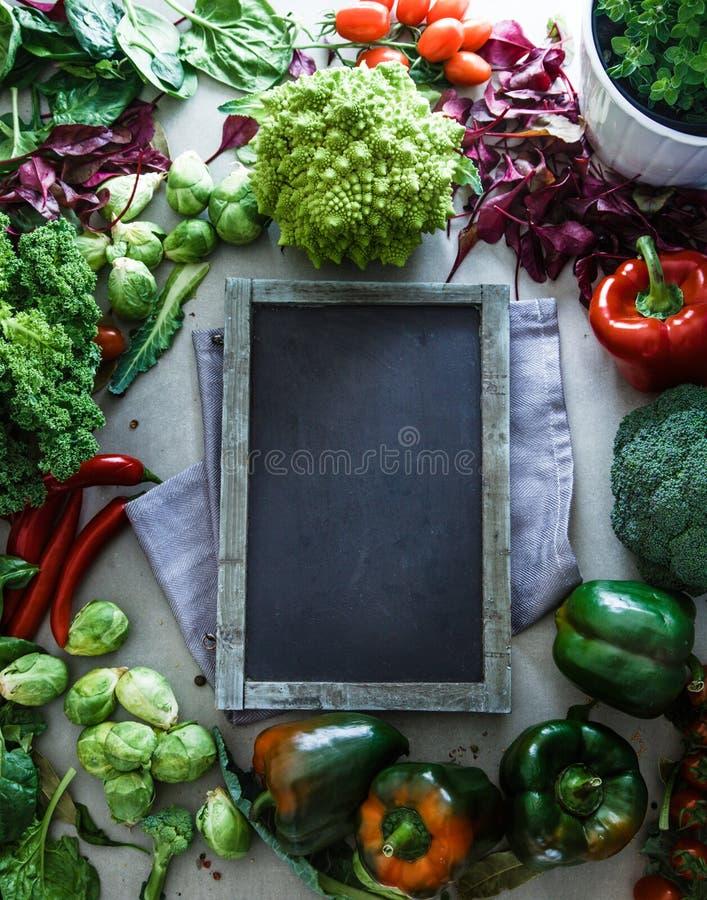 Svart tavla med grönsaker royaltyfri foto