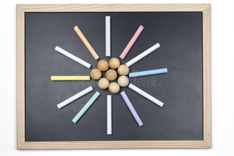Svart tavla med kulöra chalks arkivfoton