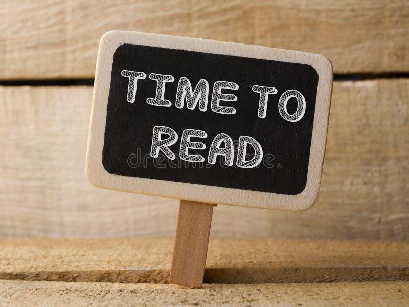 Svart tavla med ordtid att läsa på wood bakgrund royaltyfria bilder