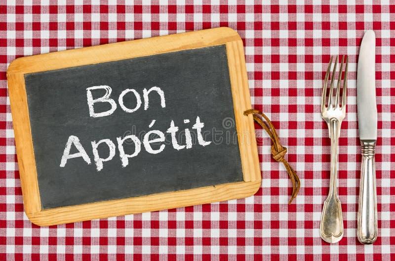 Svart tavla med texten Bon Appetit royaltyfria foton