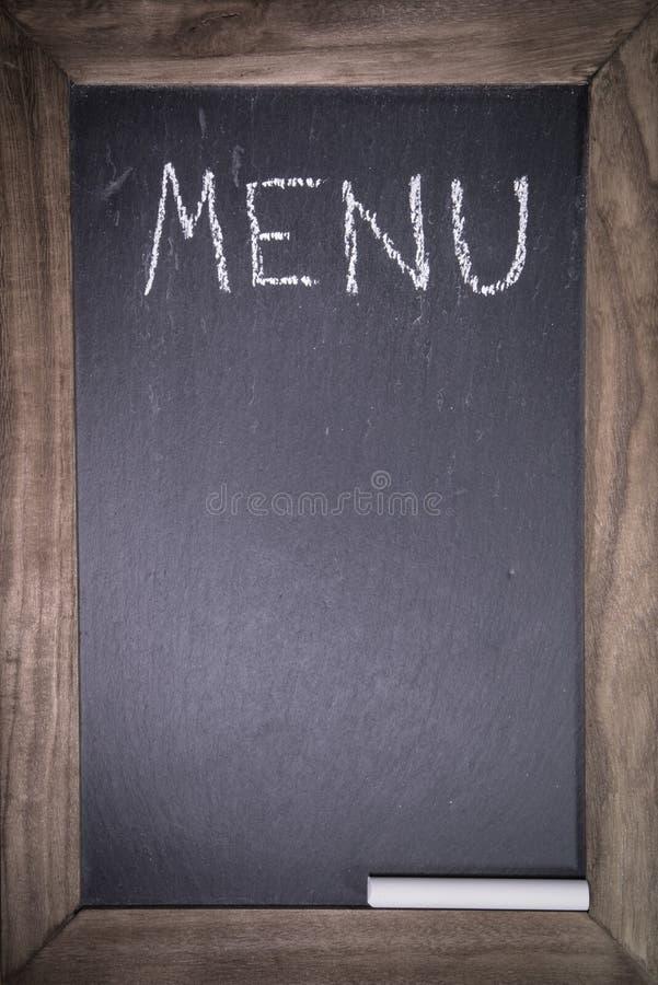 Svart tavla med träramen för restaurang med för menyorientering för skriftlig text bakgrund för mall arkivbild