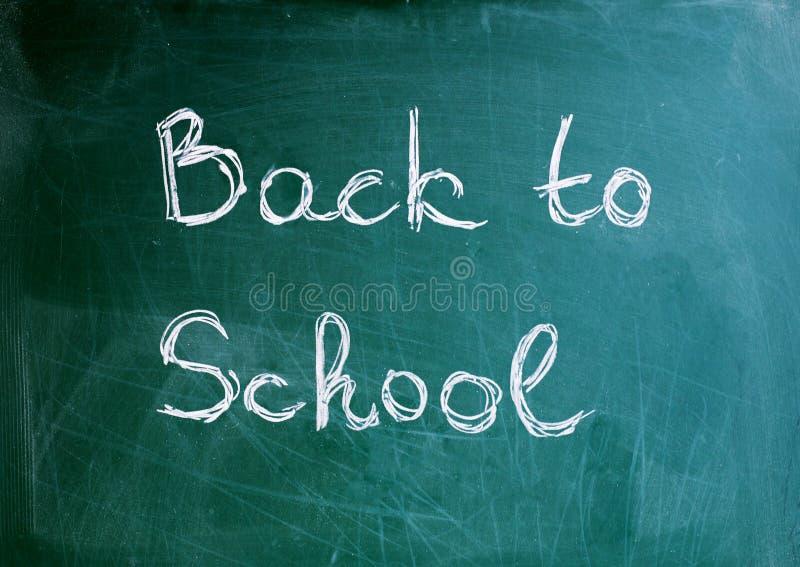 Svart svart tavlabakgrund för skola med inskriften tillbaka till skola arkivfoto