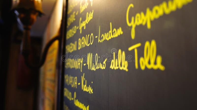 Svart tavlameny i en restaurang - closeup fotografering för bildbyråer