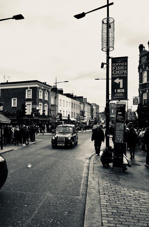 svart taxi london arkivbild