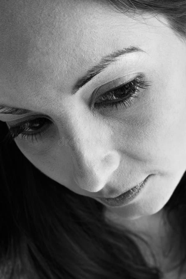 svart thougwhitekvinna arkivfoton
