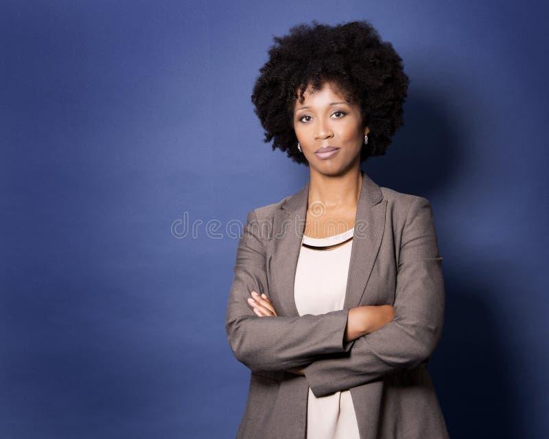 Svart tillfällig kvinna på blå bakgrund royaltyfri bild