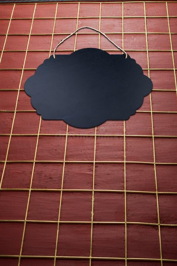 Svart tomt teckenbräde på väggbakgrund arkivbild