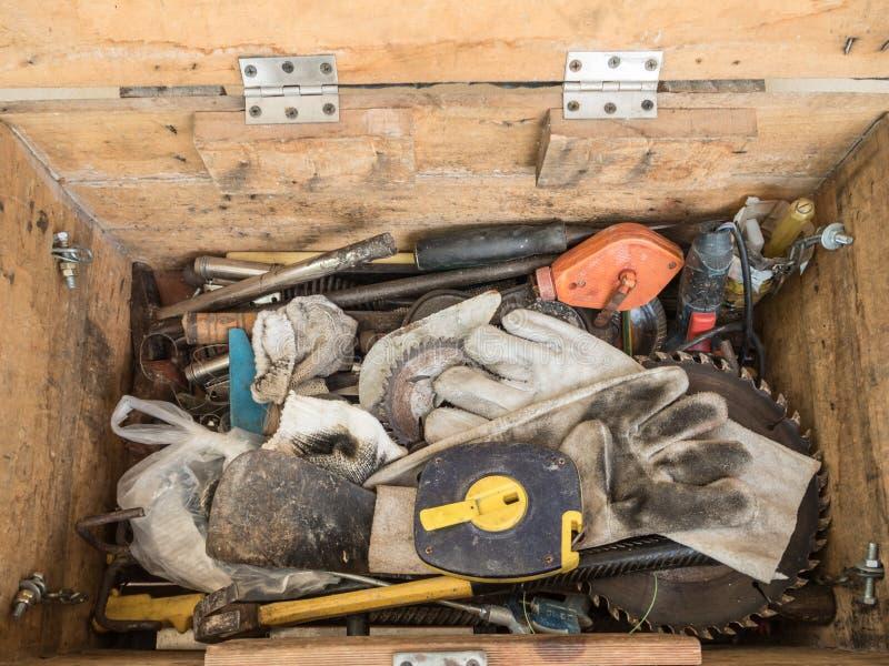 Svart toolbox med olika instrument hjälpmedelrenovering på gru arkivbilder
