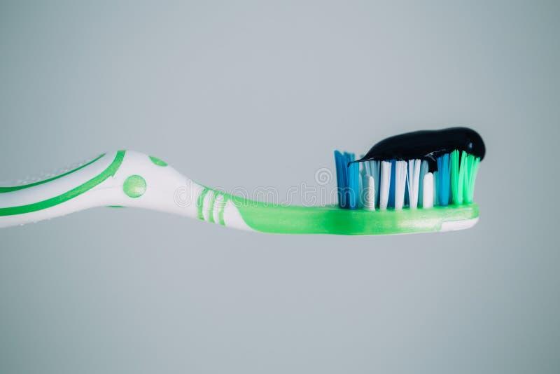 svart toothpaste arkivfoton