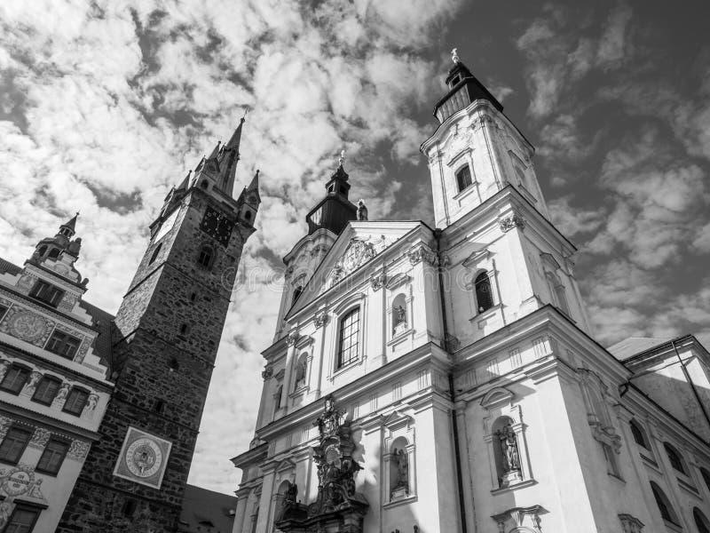 Svart torn och kyrkan av den jungfruliga obefläckade befruktningen och St Ignatus för Mary ` s i Klatovy, Tjeckien Svart och fotografering för bildbyråer