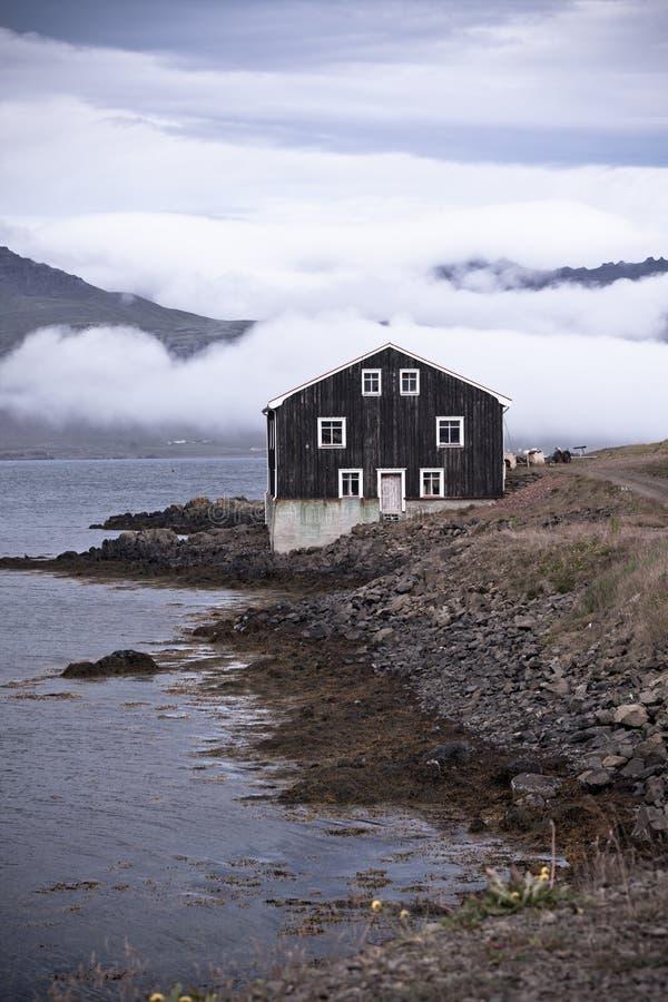Svart trähus i östliga Island arkivfoto