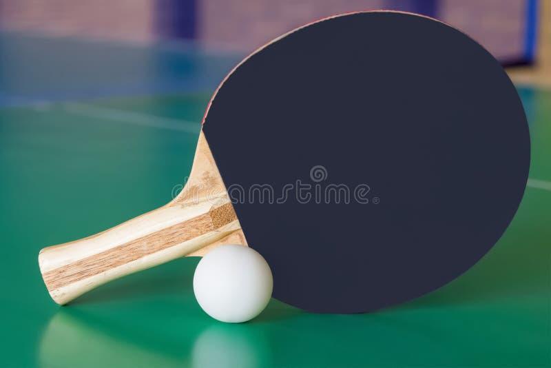 Svart träracket för knackar pong- och vitbollen fotografering för bildbyråer